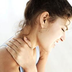 首、肩に痛みを抱える女性